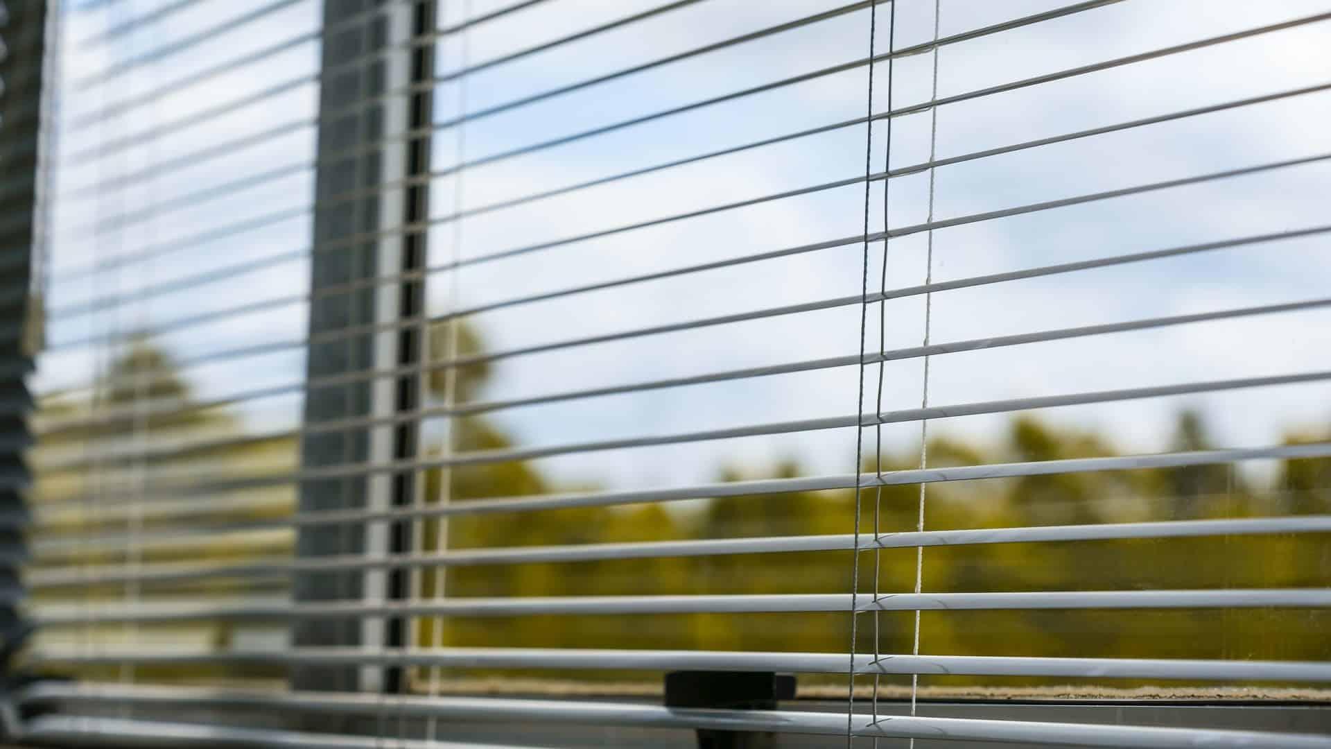 Schone ramen achter luxaflex, vooraanzicht