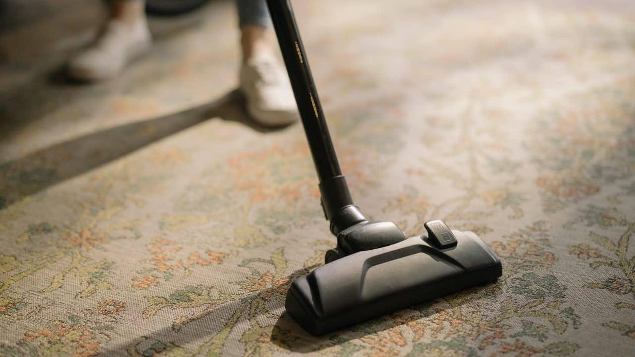 Stofzuigermond op vloerbedekking, vooraanzicht