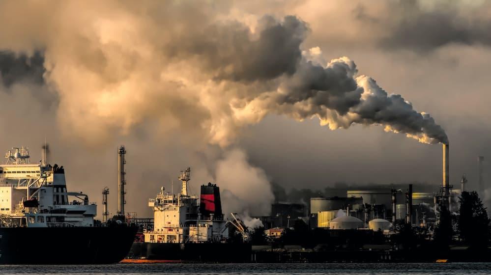Fabrieken die uitlaatgassen uitstoten