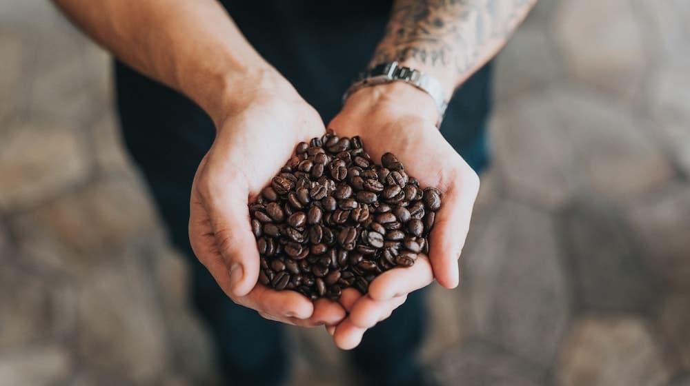Koffiebonen in handen