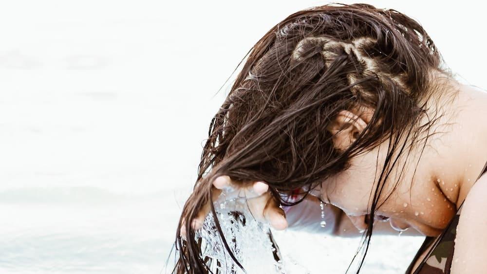 Nat lang bruin haar bij de oceaan