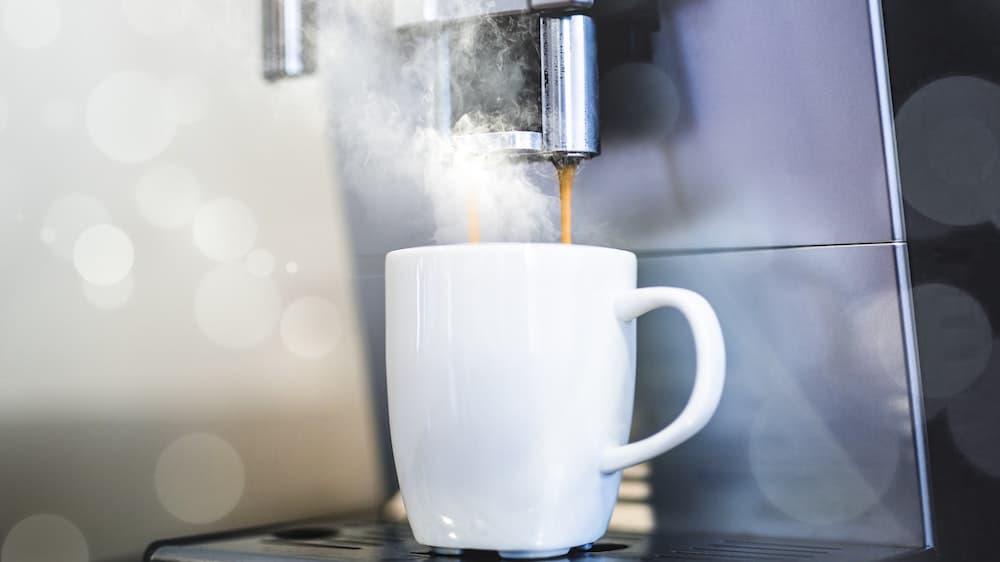 Volautomaat zet koffie