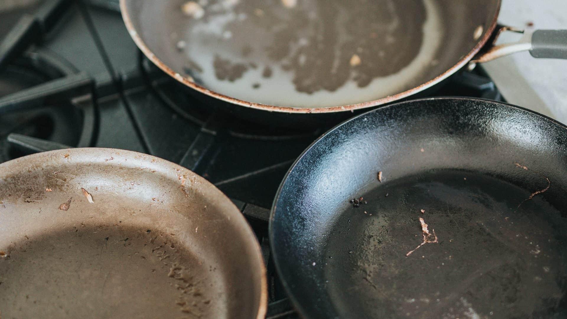 Vieze, aangebrande koekenpannen, bovenaanzicht
