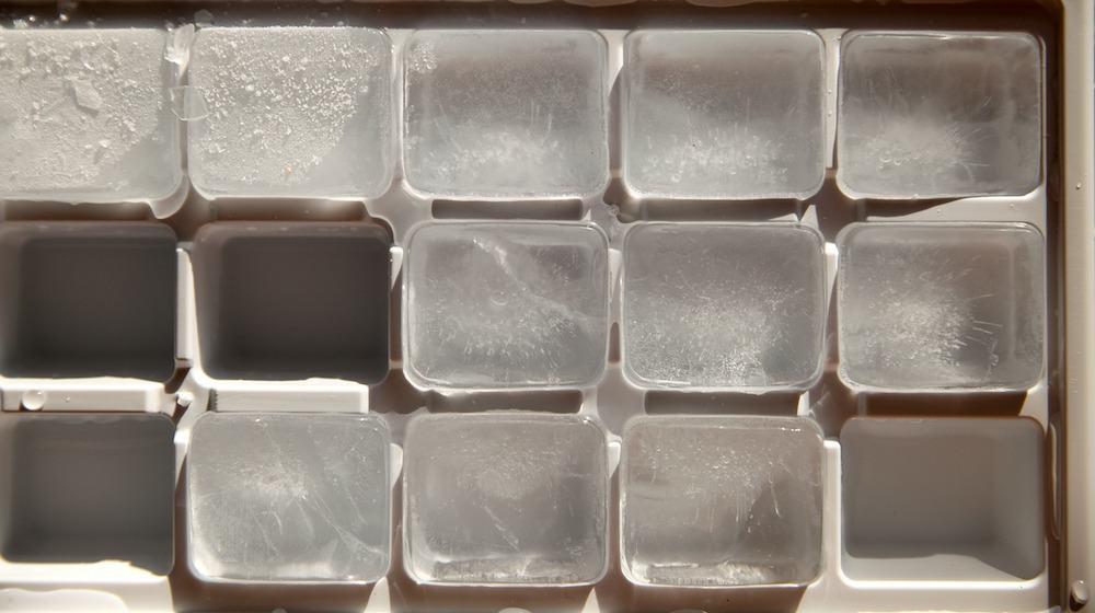 IJsklontjes in een ijsklontjes bakje