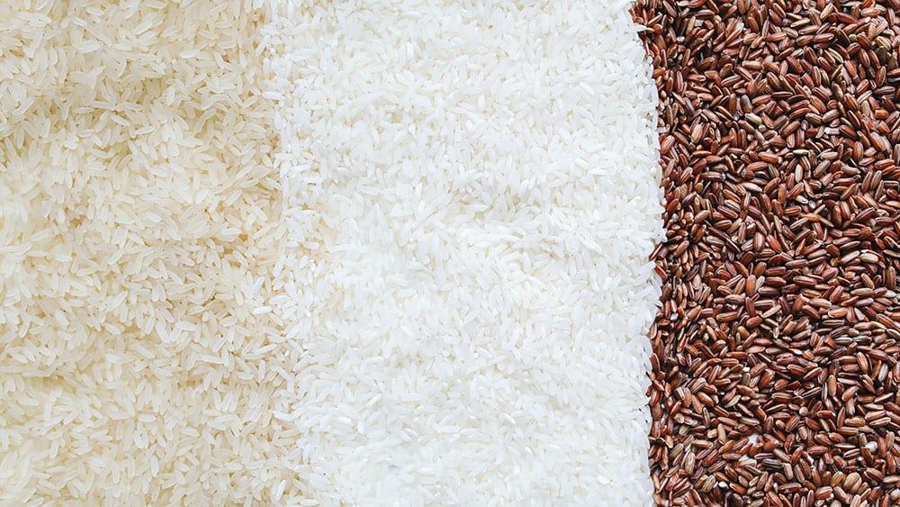 Afbeelding van drie verschillende soorten ongekookte rijst naast elkaar
