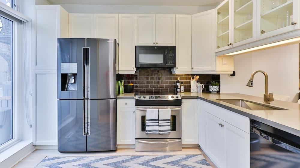 Witte keuken met grote Amerikaanse koelkast