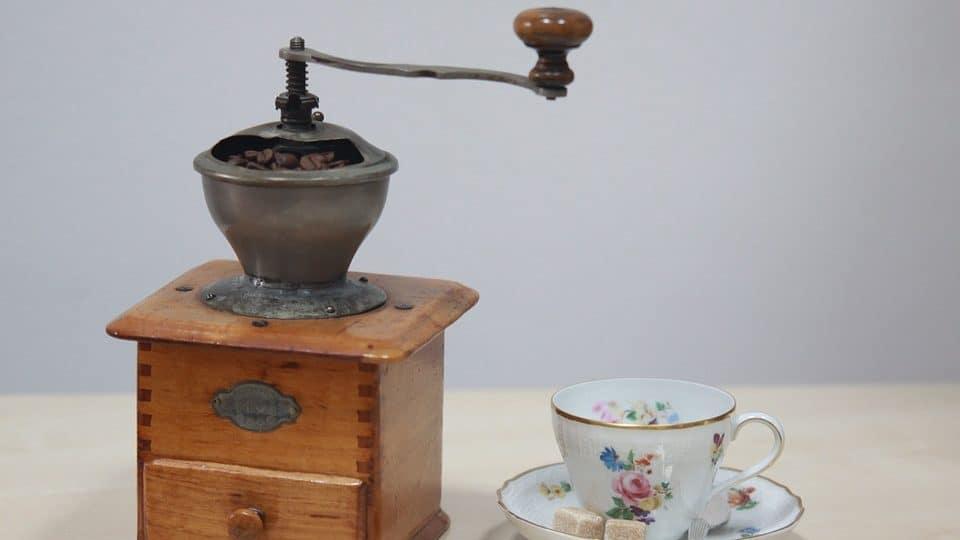 klassieke retro koffiemolen met kop