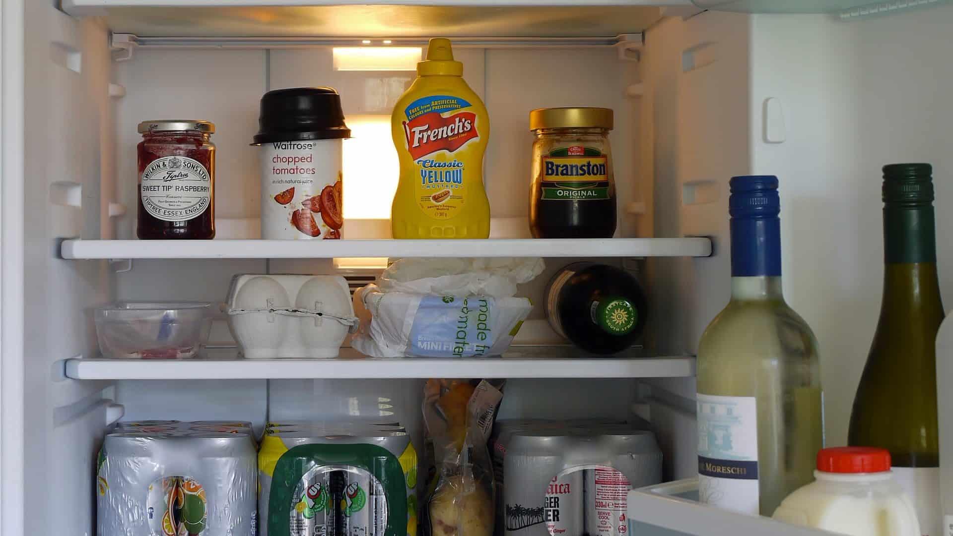Binnenkant van een gevulde koelkast. Vooraanzicht.