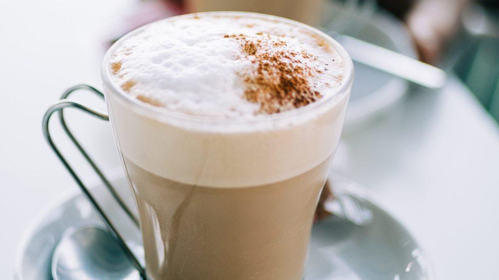 Kopje koffie met melkschuim, vooraanzicht
