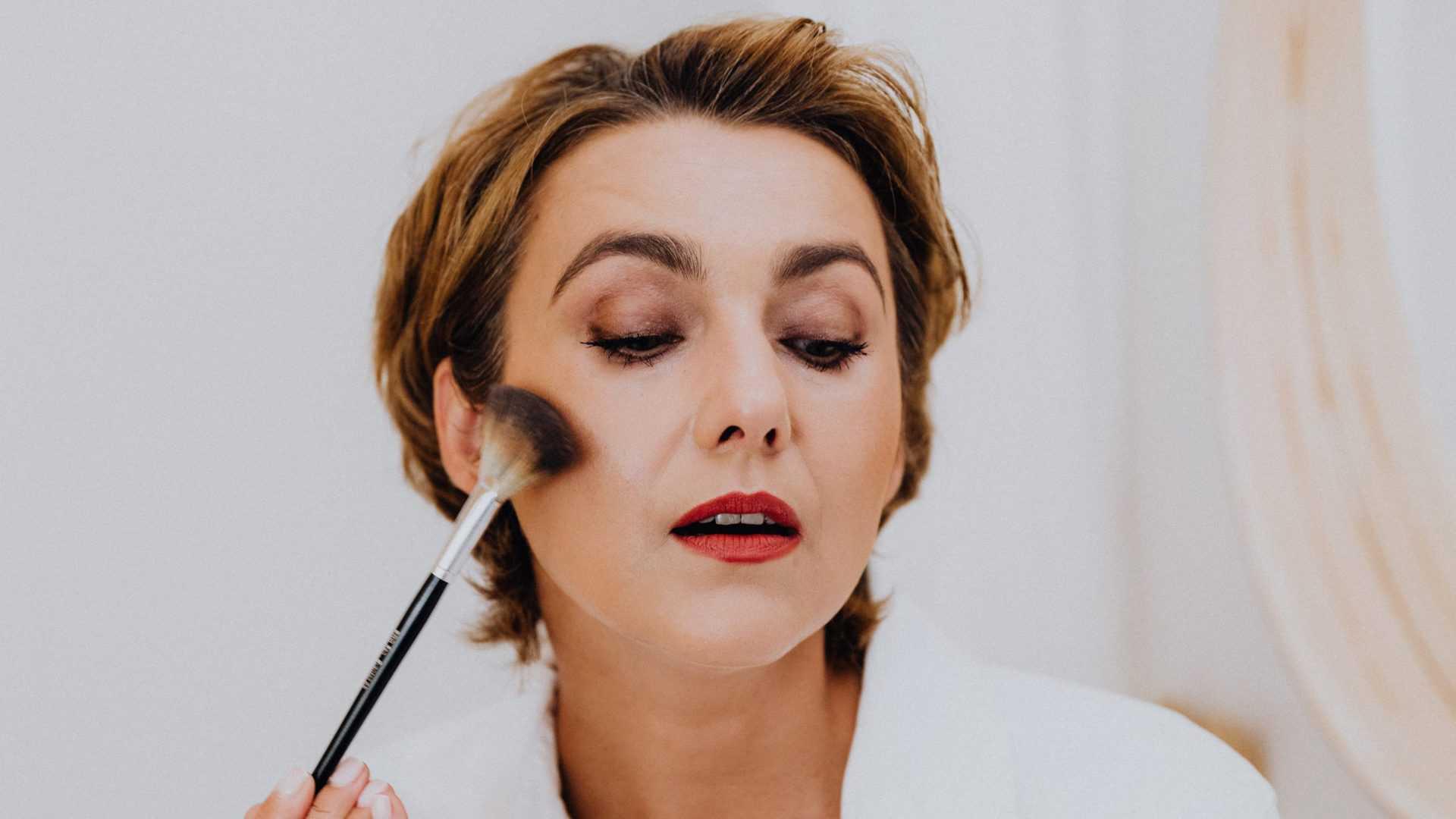 Mevrouw doet make-up op.