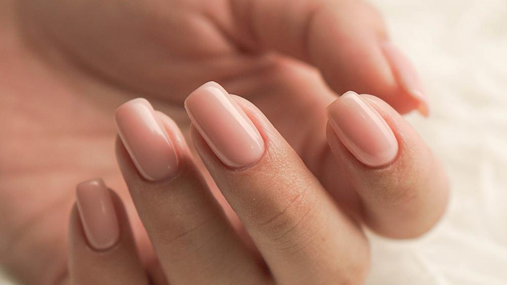 Afbeelding van een hand met nepnagels.
