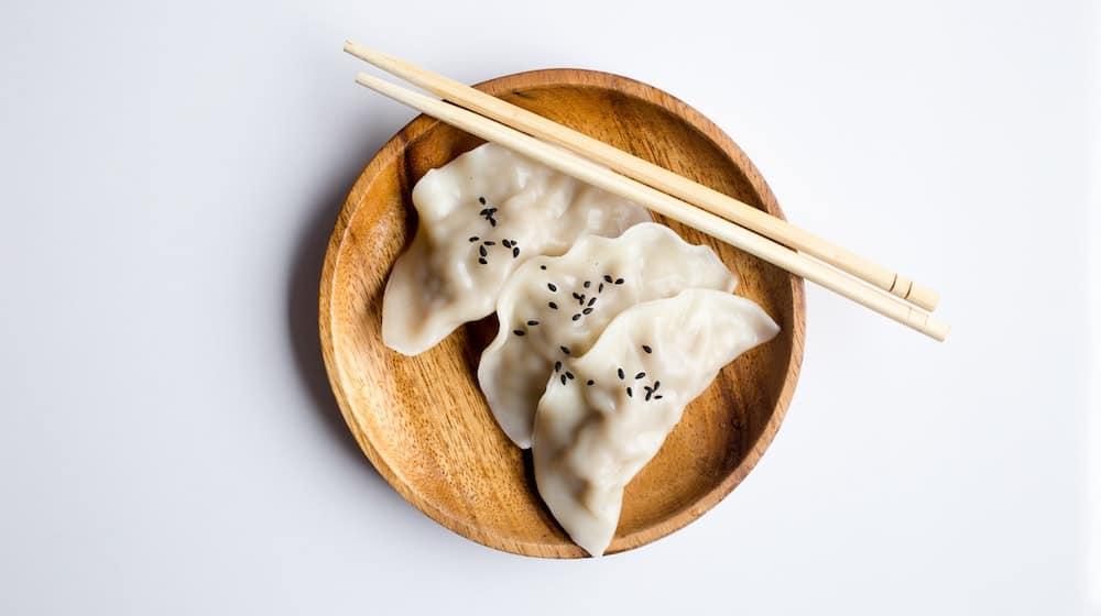 Dumplings op houten bord met eetstokjes