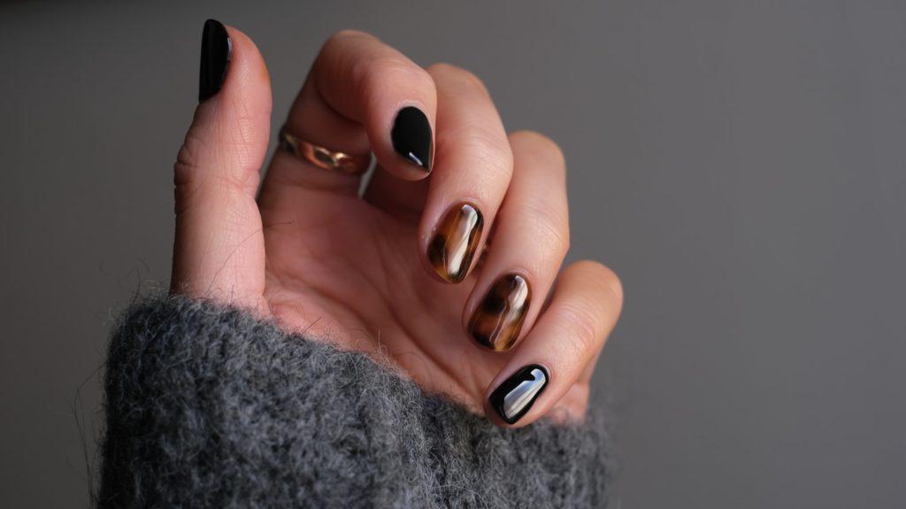 zwart met bruin gelakte nagels